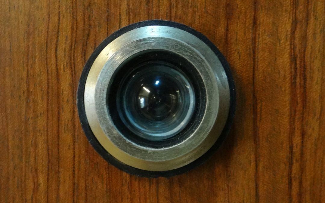 ¿Puede mi vecino colocar una cámara en la mirilla?