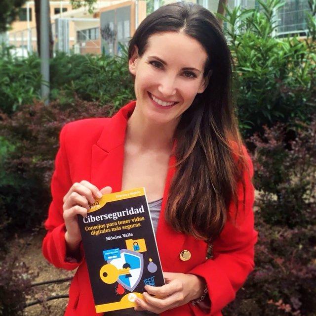 Mónica Valle con su nuevo libro